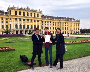 The proud dads with the founding certificate in front of Schönbrunn Palace